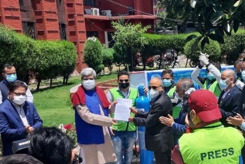 एनआरएनए मध्यपूर्वले ५ सय ६० थान अक्सिजन सिलिण्डर नेपाल सरकारलाई हस्तान्तरण गर्यो !
